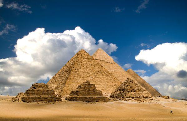 Piramidy egipskie w Gizie - widok z przodu - zdjęcie nr 2