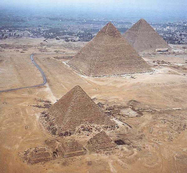 Widok piramid egipskich w Gizie z boku