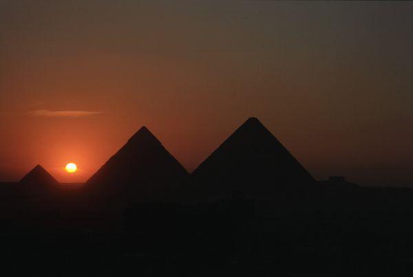 Piramidy nocą